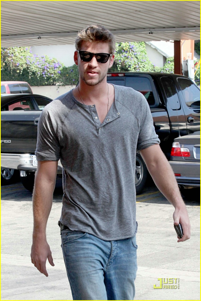 liam hemsworth starbucks stud 02