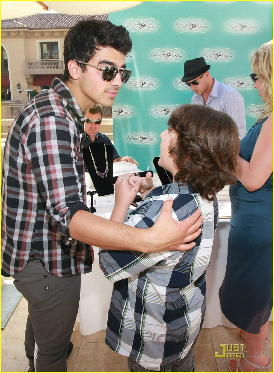 joe jonas frankie gifting 05