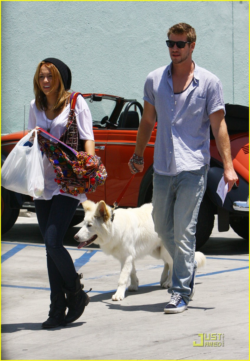 miley cyrus liam hemsworth petco 07