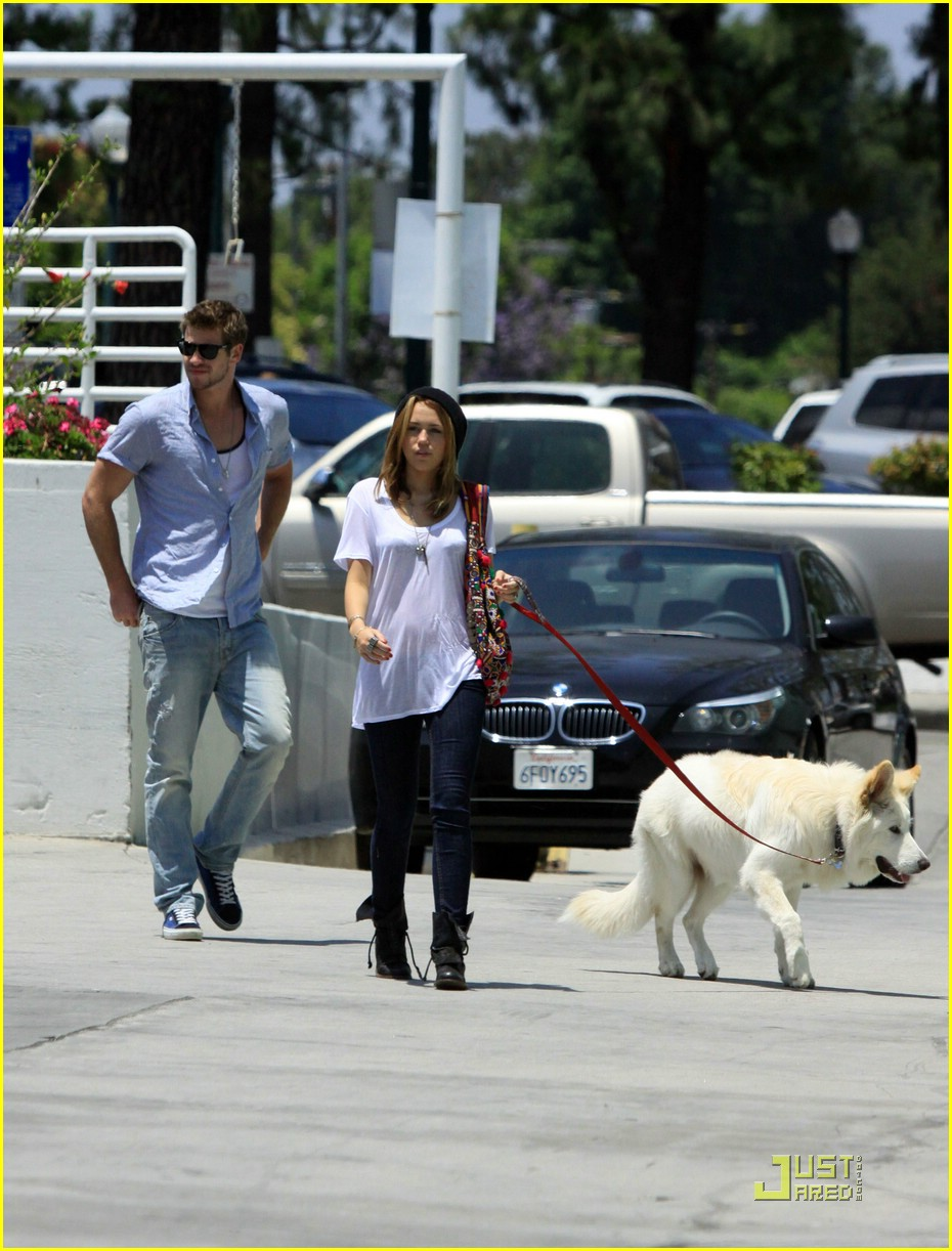 miley cyrus liam hemsworth petco 10