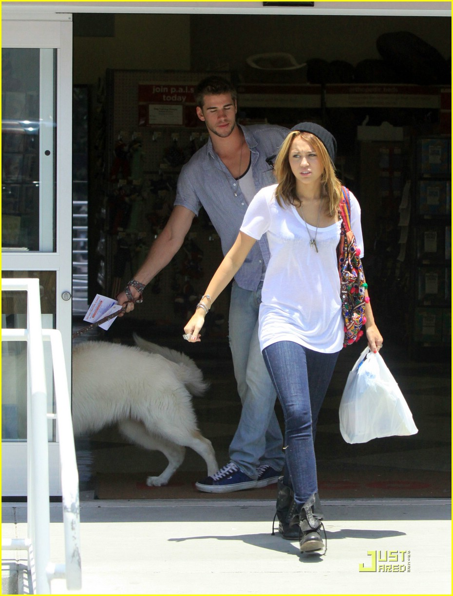 miley cyrus liam hemsworth petco 16