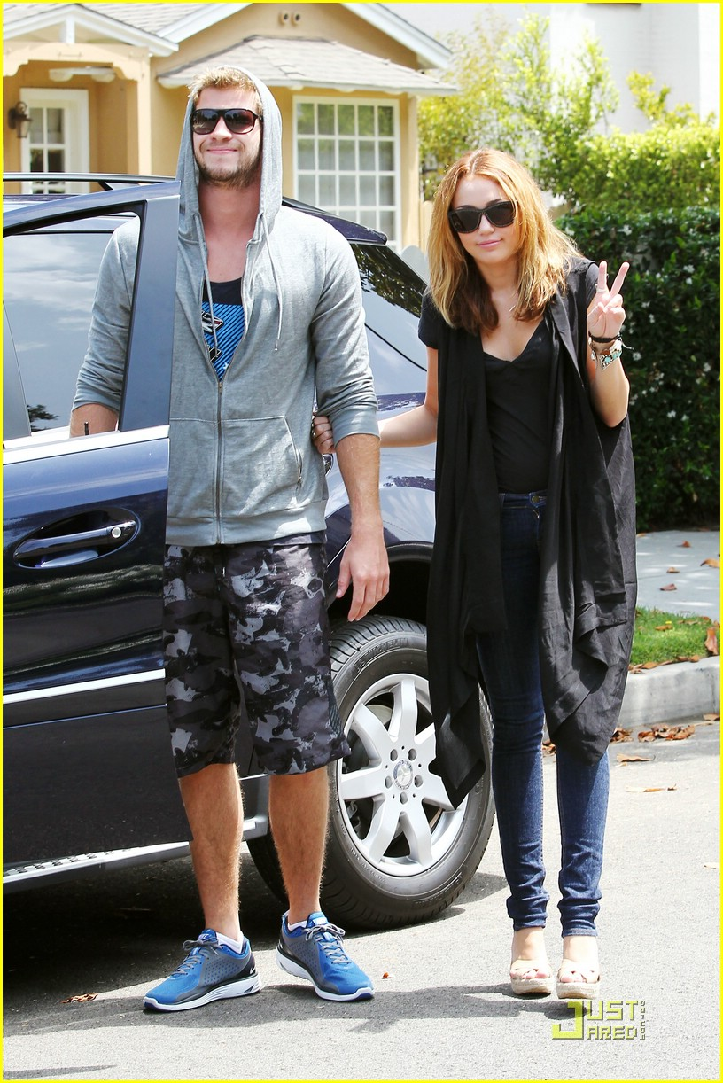 miley cyrus liam hemsworth blue shoes 01