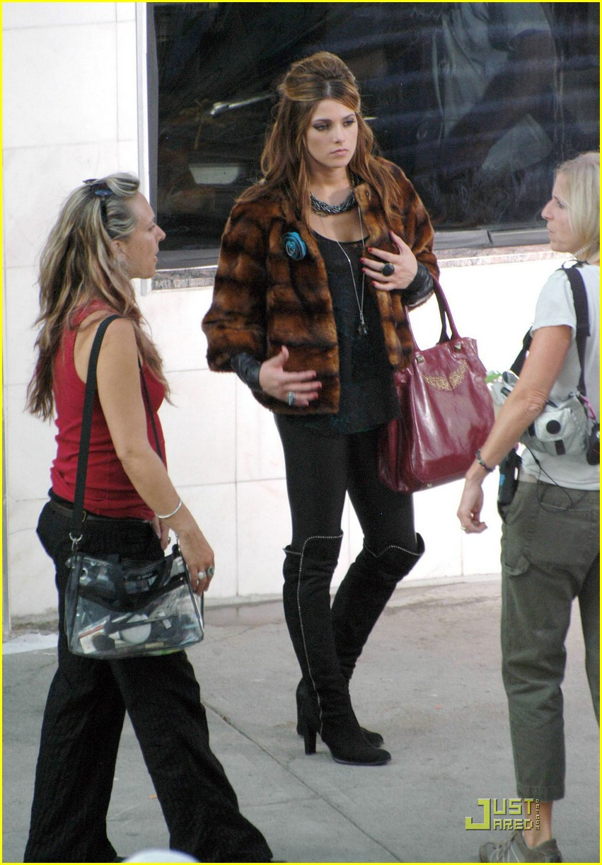 ashley greene lol set pics 06