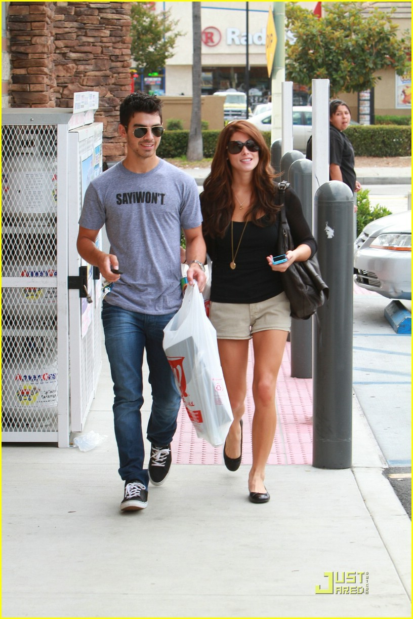 joe jonas ashley greene frankie bday 13