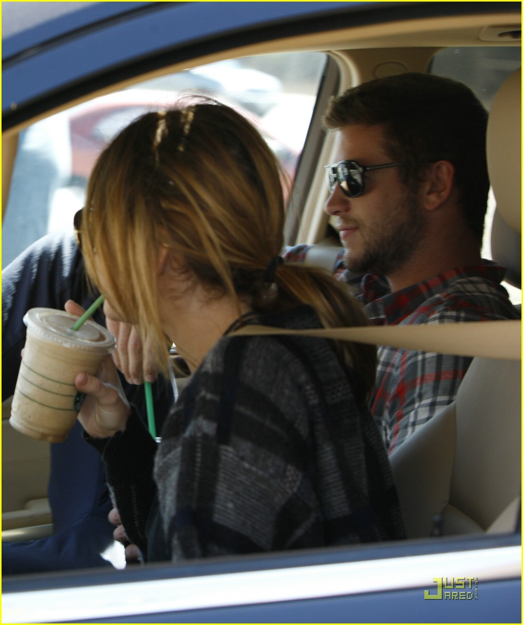 miley cyrus liam hemsworth starbucks 01