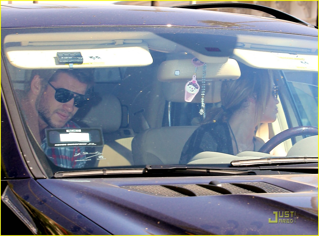 miley cyrus liam hemsworth starbucks 02