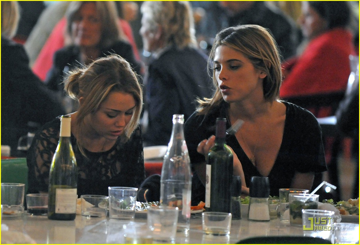 miley cyrus ashley greene eating 02