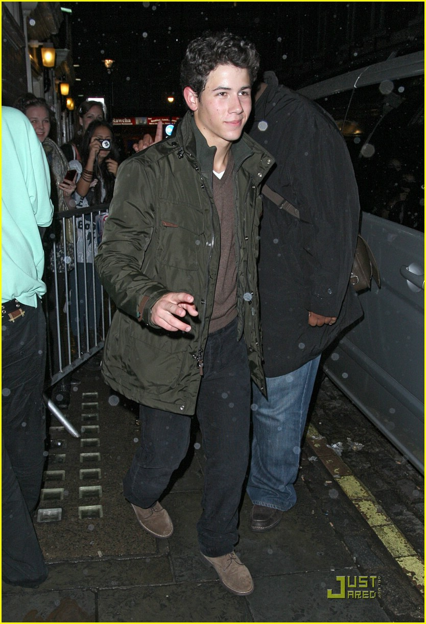 nick jonas london lesmis 01