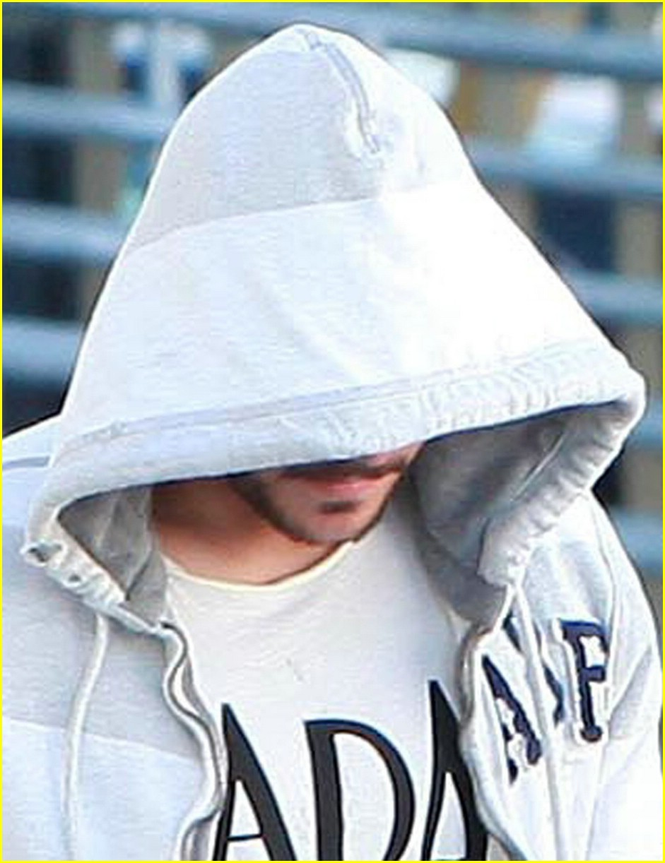 zac efron hoodie hide 02