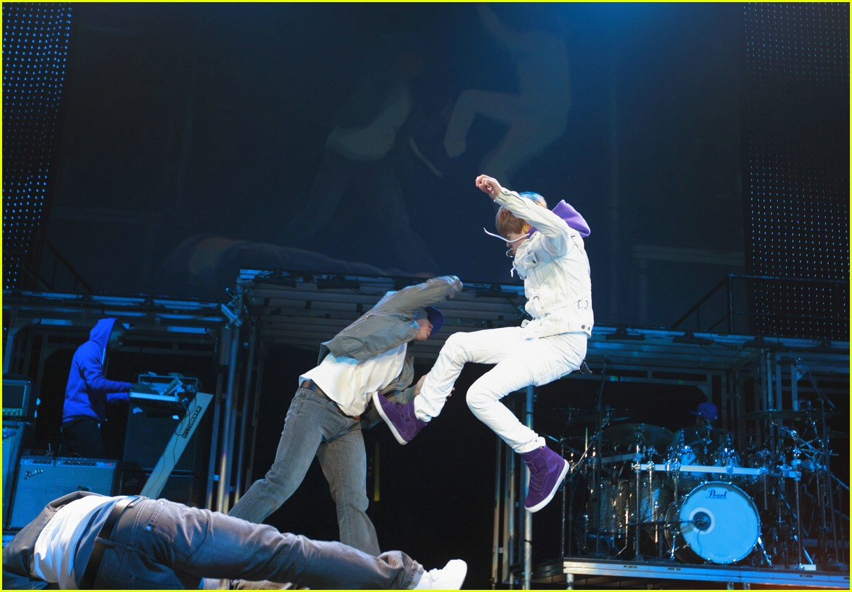 justin bieber flying vancouver 03