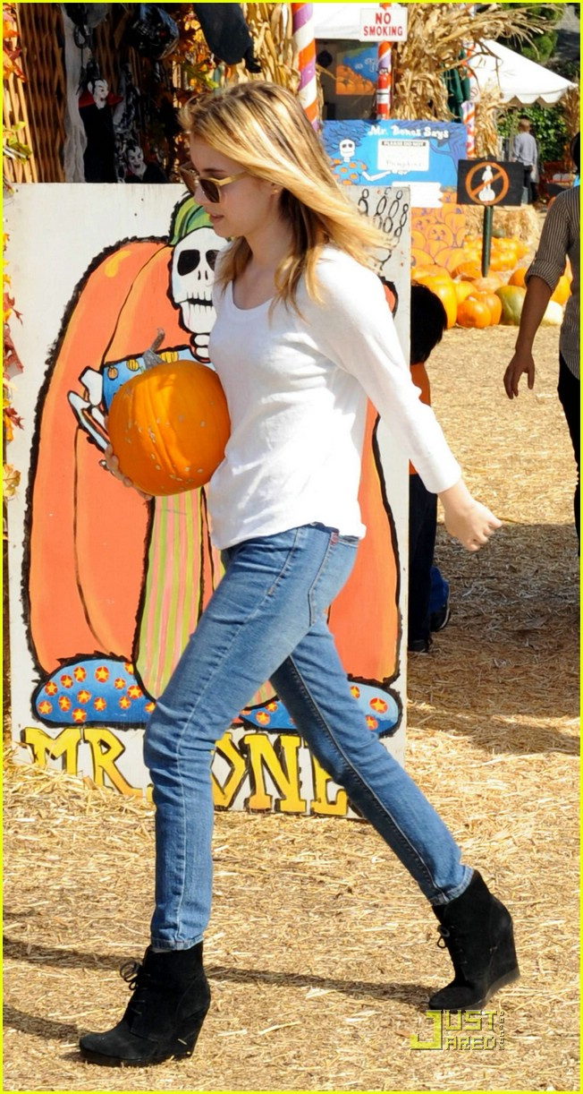 emma roberts pumpkin patch 07