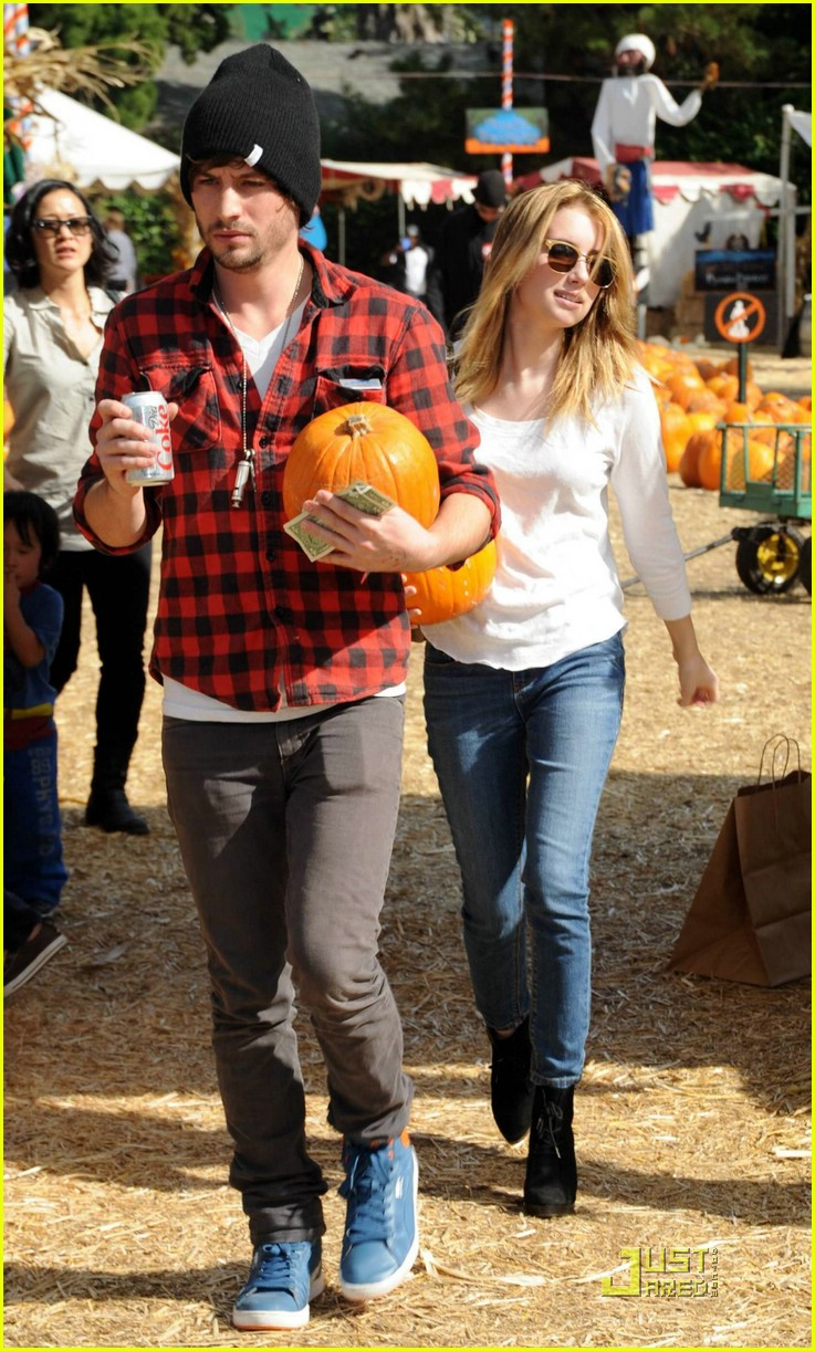 emma roberts pumpkin patch 09