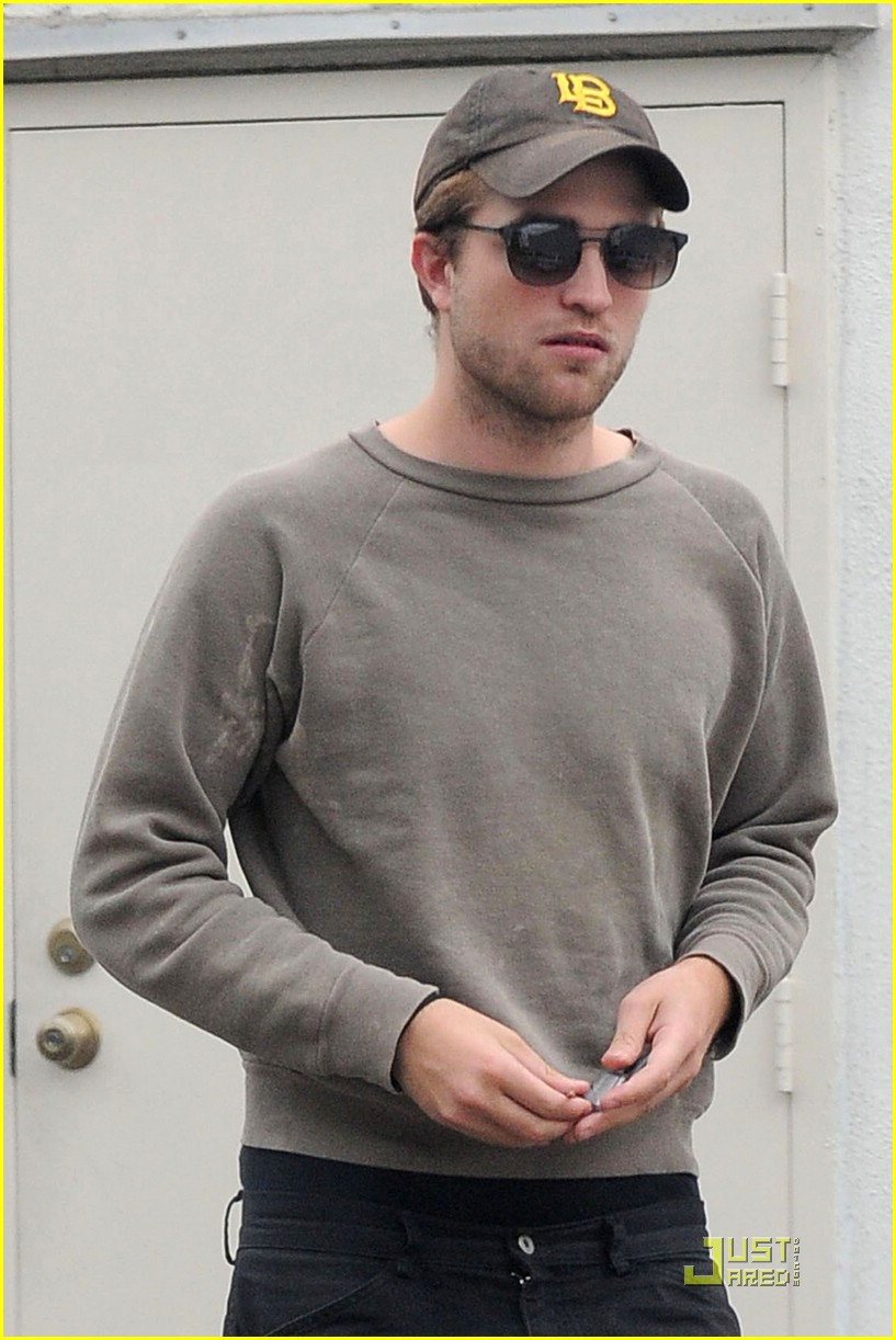 robert pattinson grey sweater 02