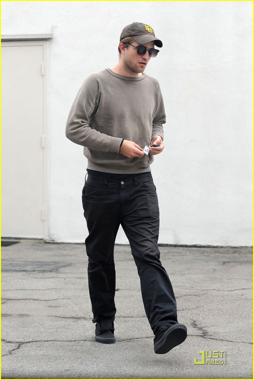 robert pattinson grey sweater 07
