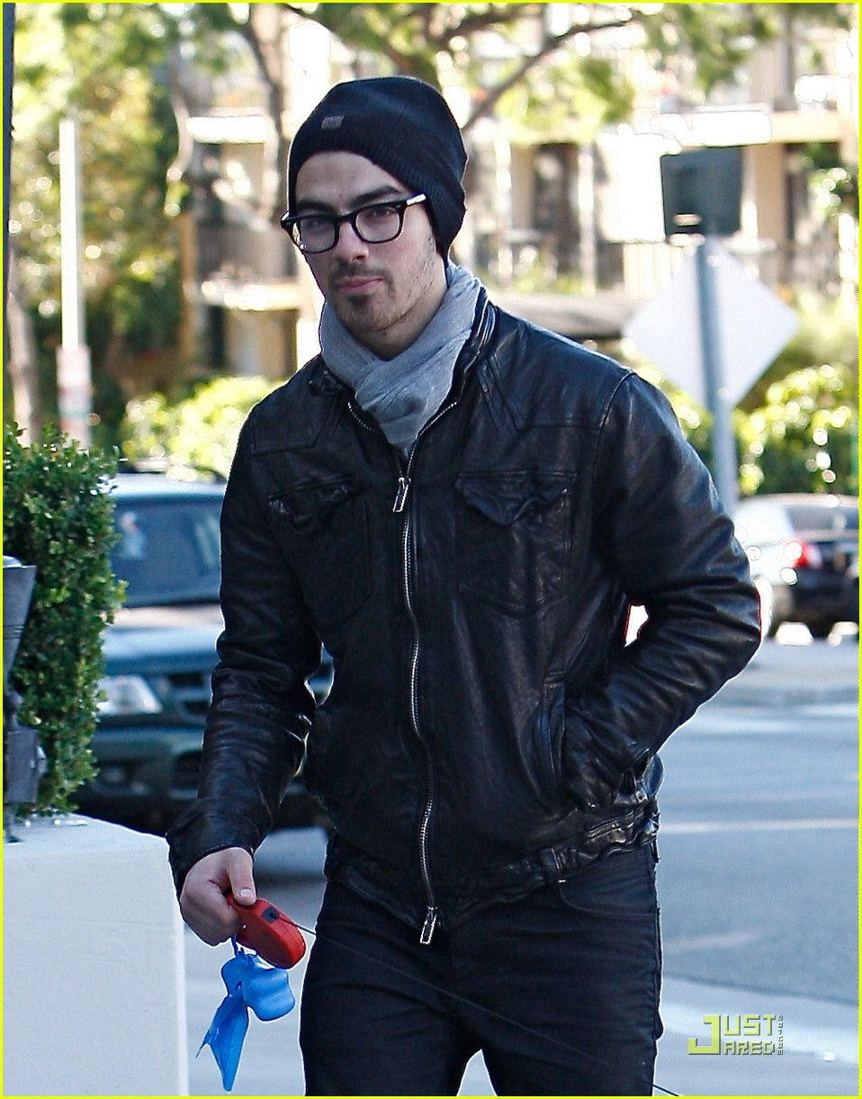 joe jonas ashley greene dog walkers 02