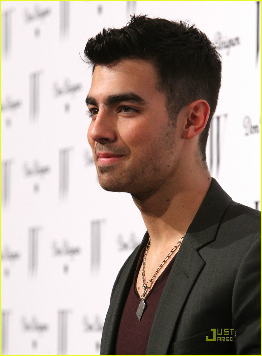 joe jonas w mag 04