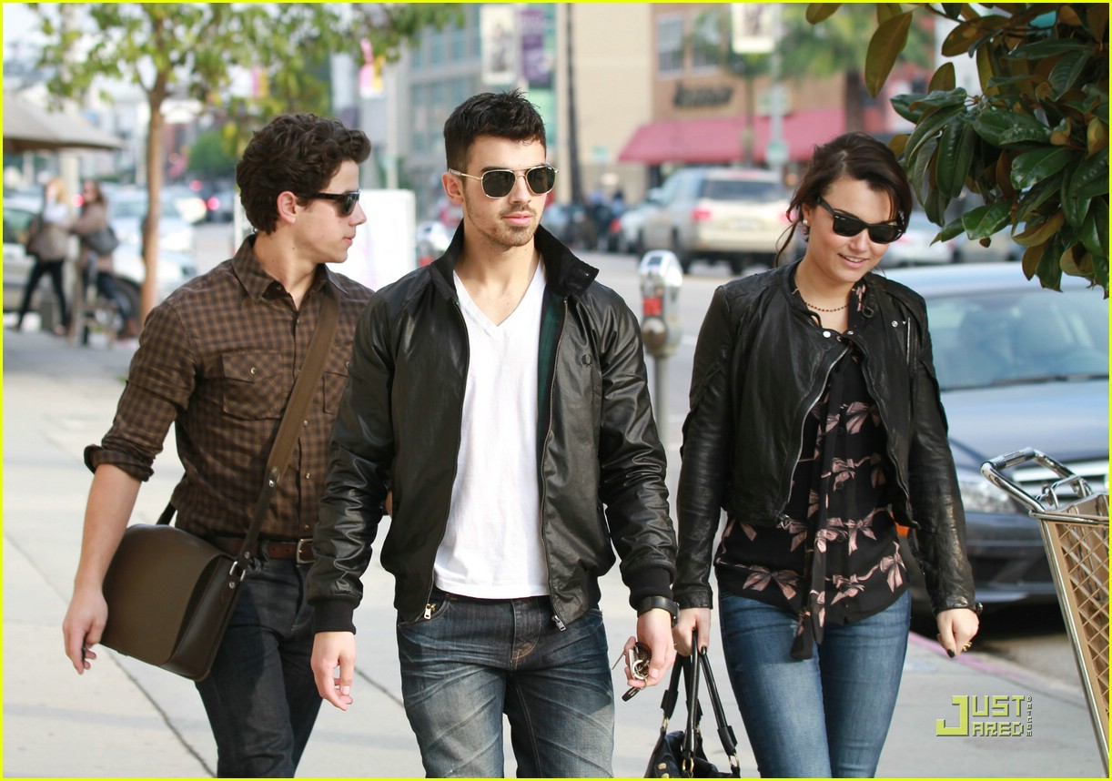 jonas brothers samantha barks lunc h 07