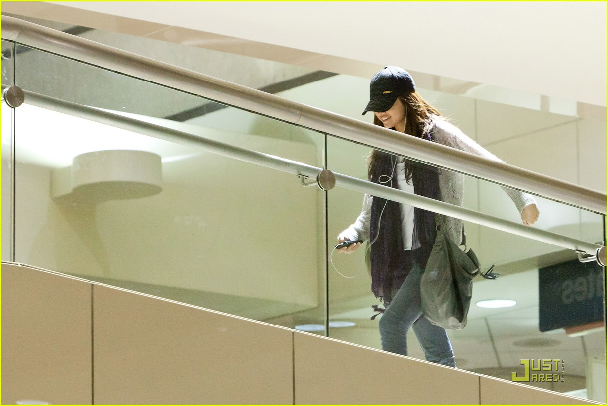selena gomez smiling lax 04
