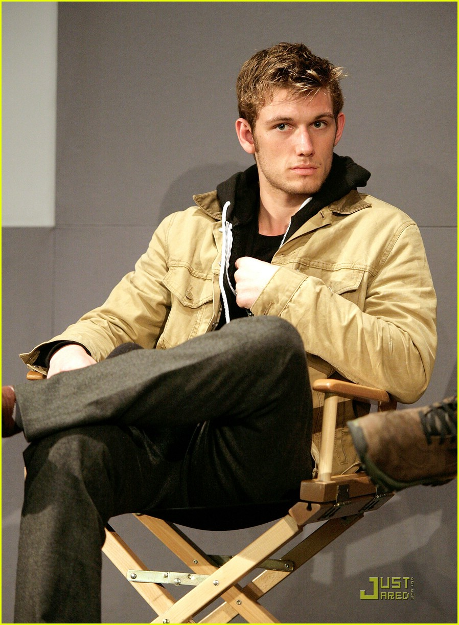 alex pettyfer apple store 01