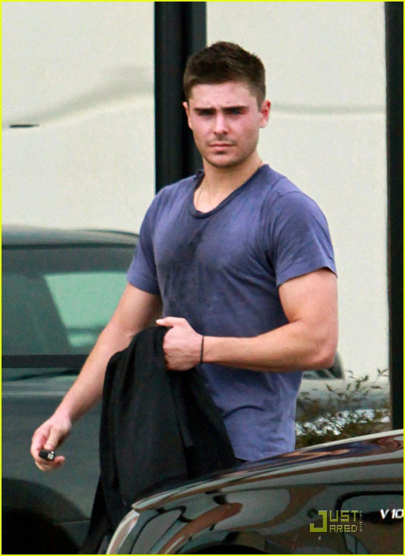 zac efron sweaty starbucks 02