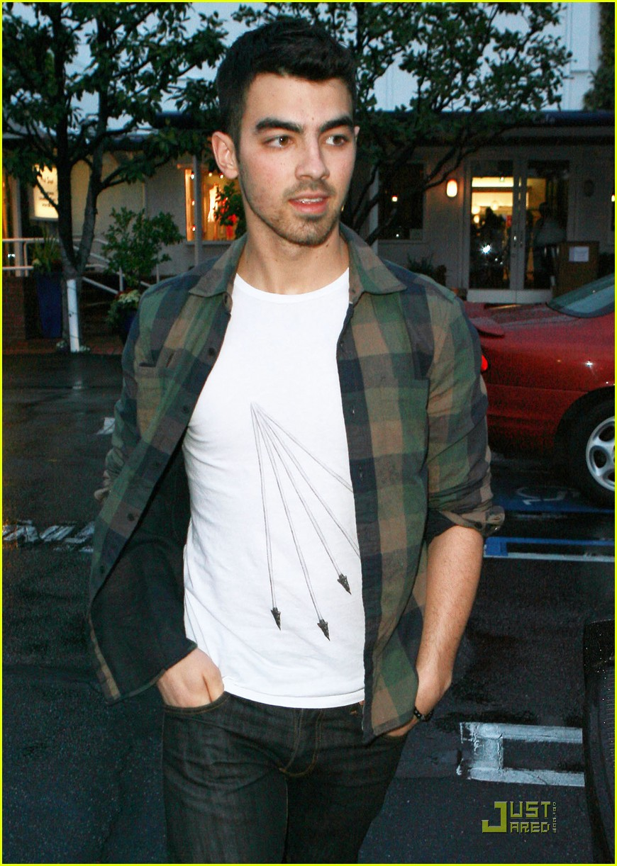 joe jonas fred segal shopper 01