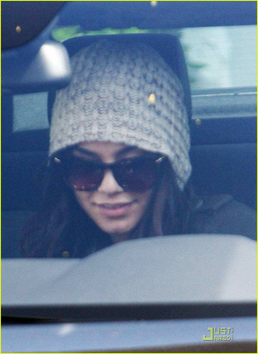 vanessa hudgens family lunch 04
