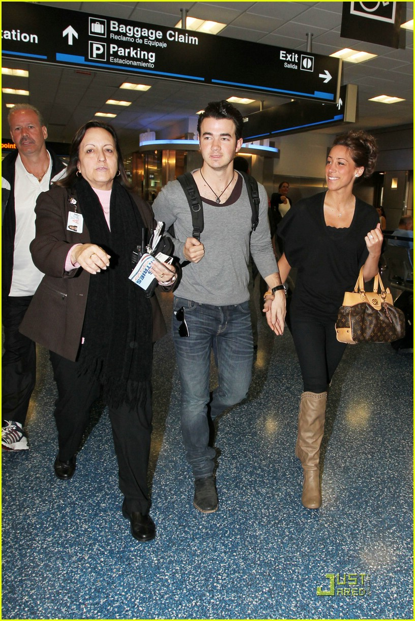 kevin danielle jonas miami airport 04