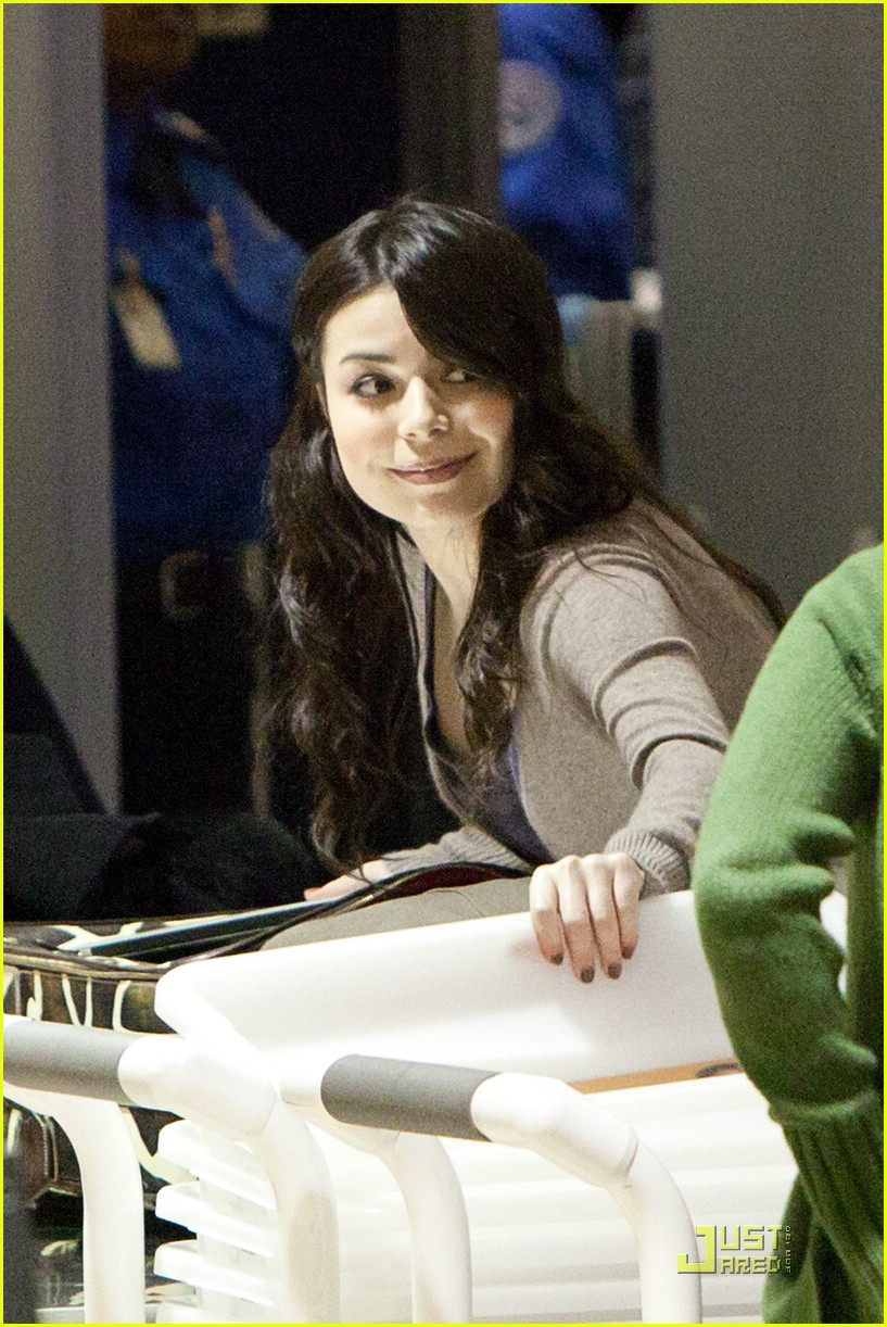miranda cosgrove lax airport 05