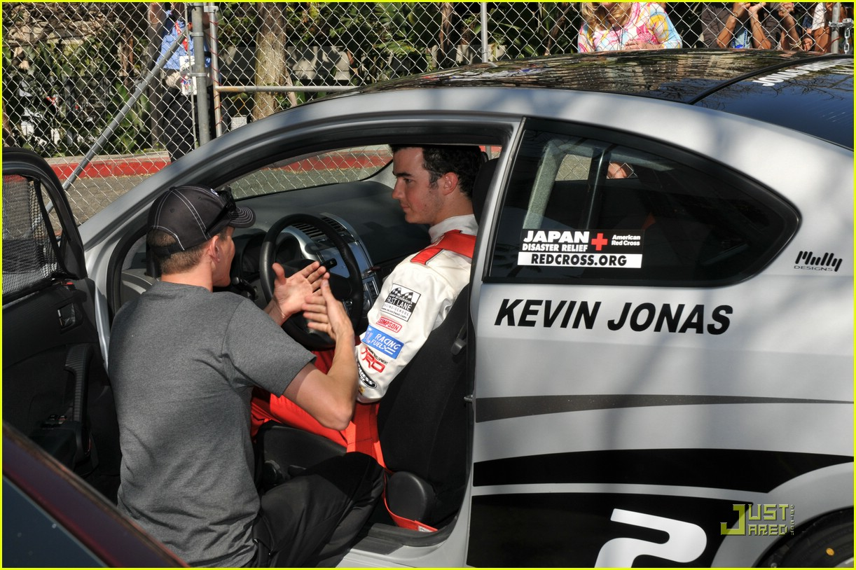 kevin jonas racing day 13