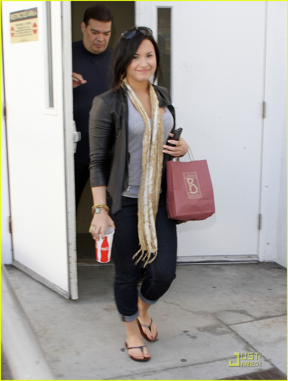 demi lovato catches flight 03