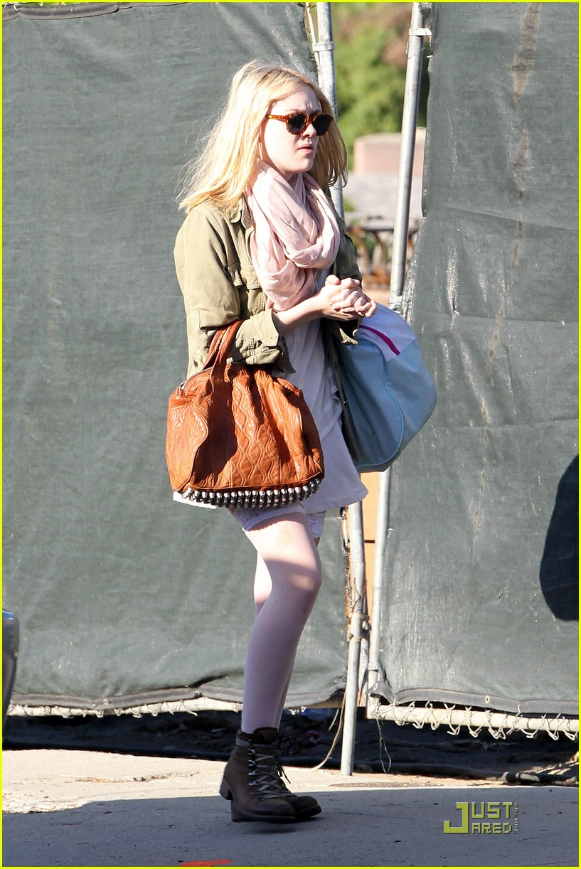 dakota fanning stocking school 05