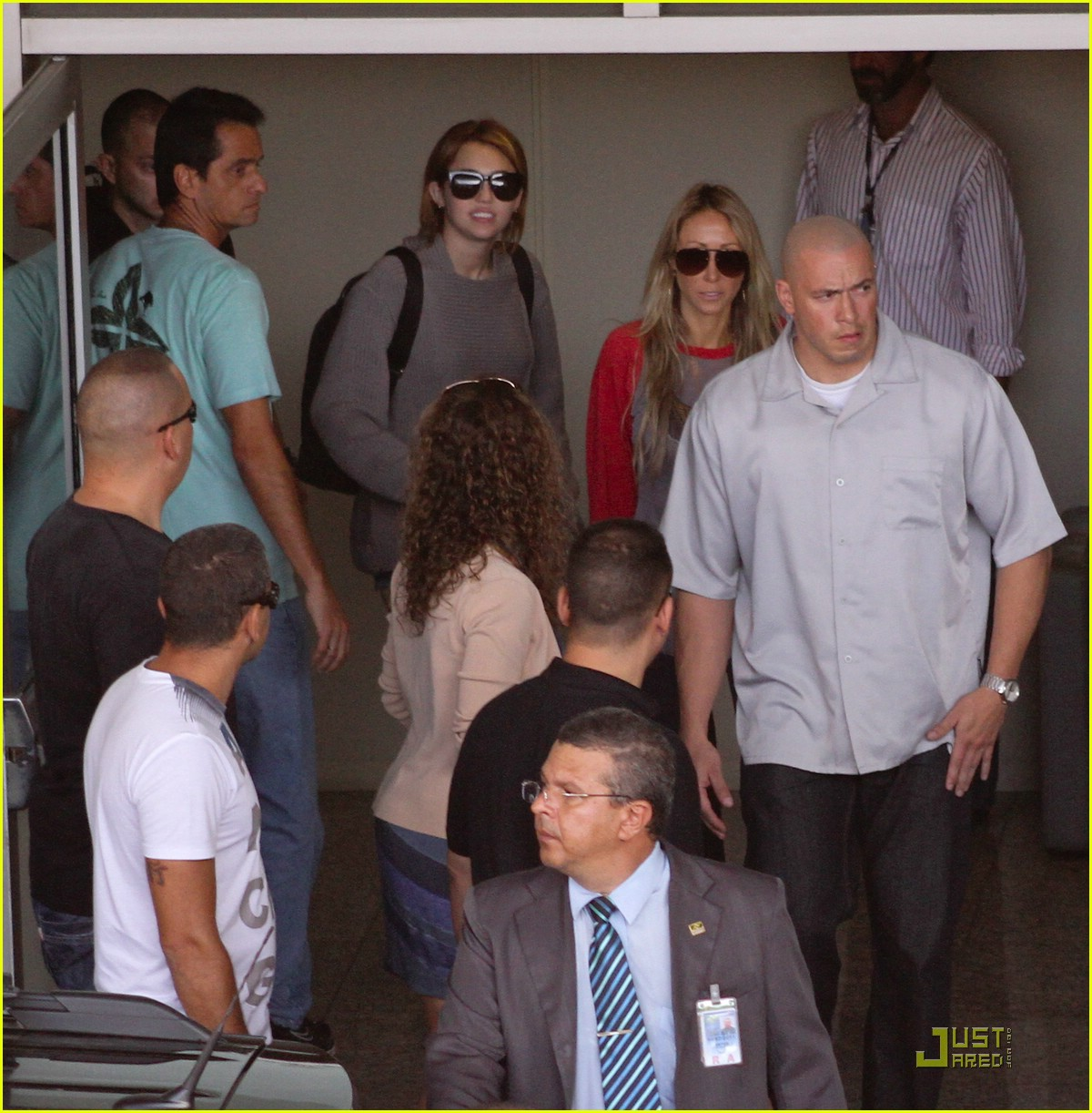 miley cyrus brazil arrival 08