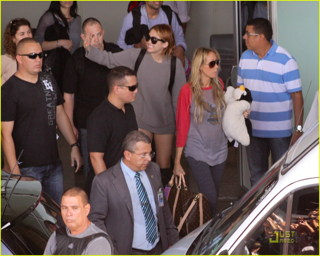 miley cyrus brazil arrival 10