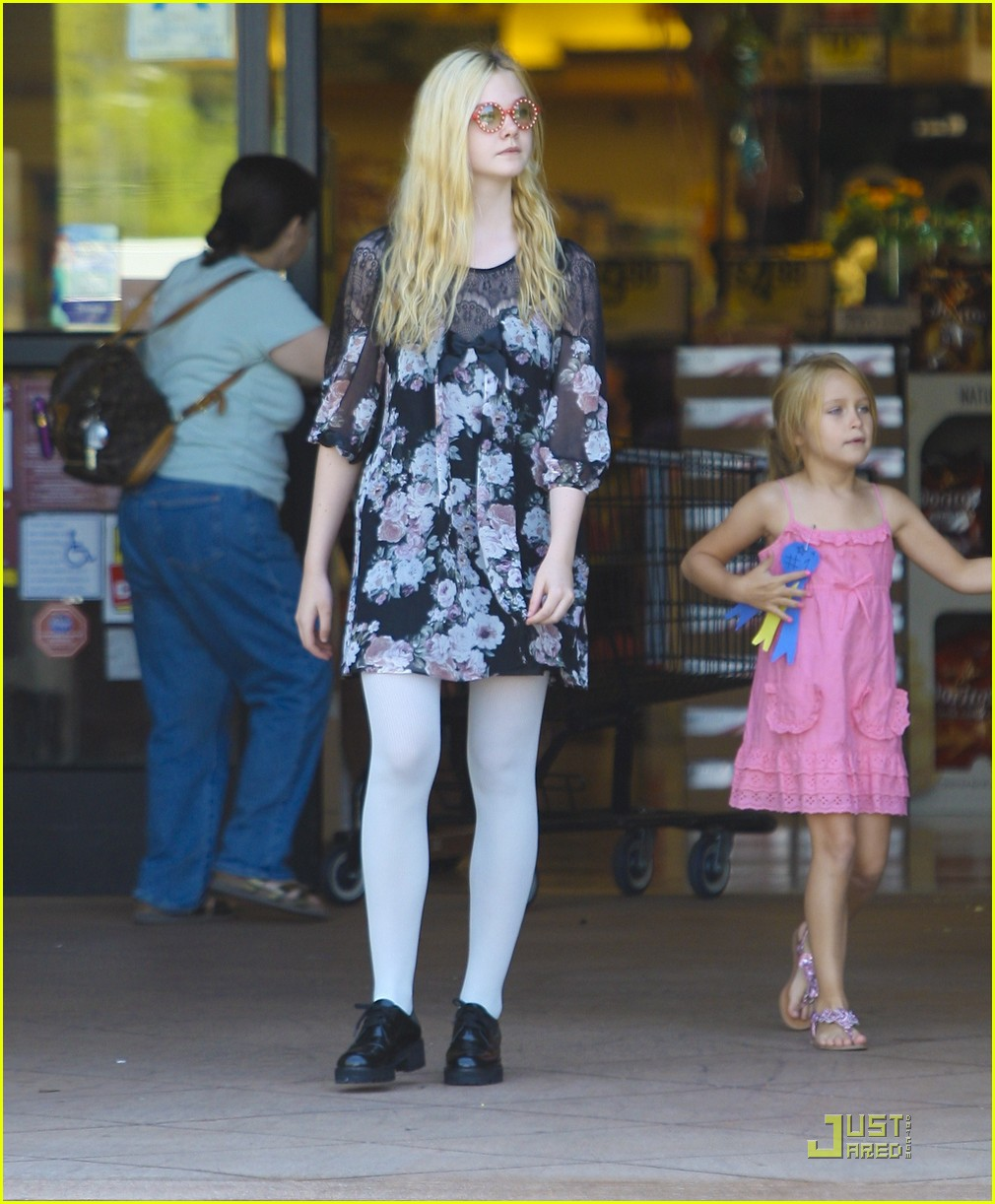 elle fanning red glasses 09