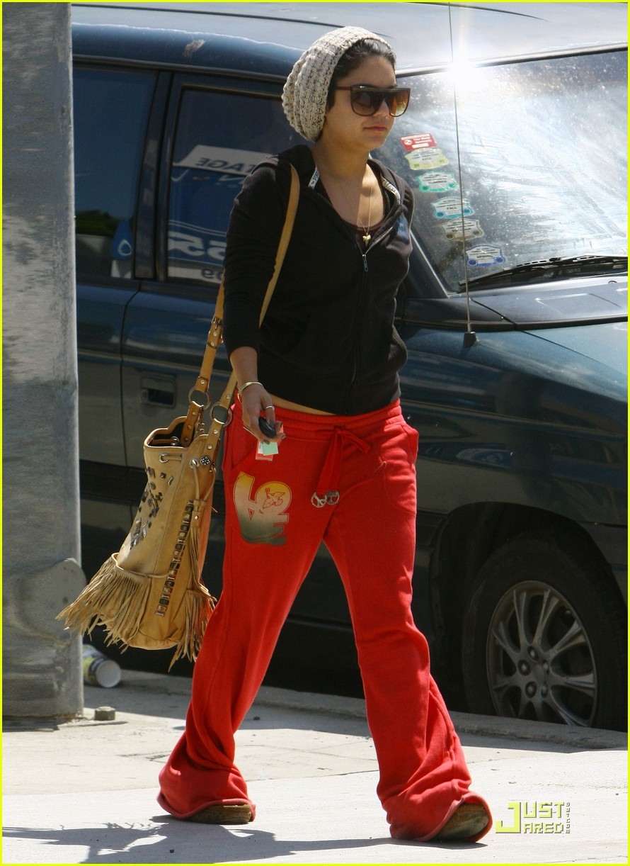 vanessa hudgens jinkys cafe with stella 03