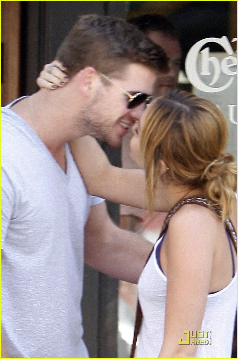 miley cyrus liam hemsworth kiss 03