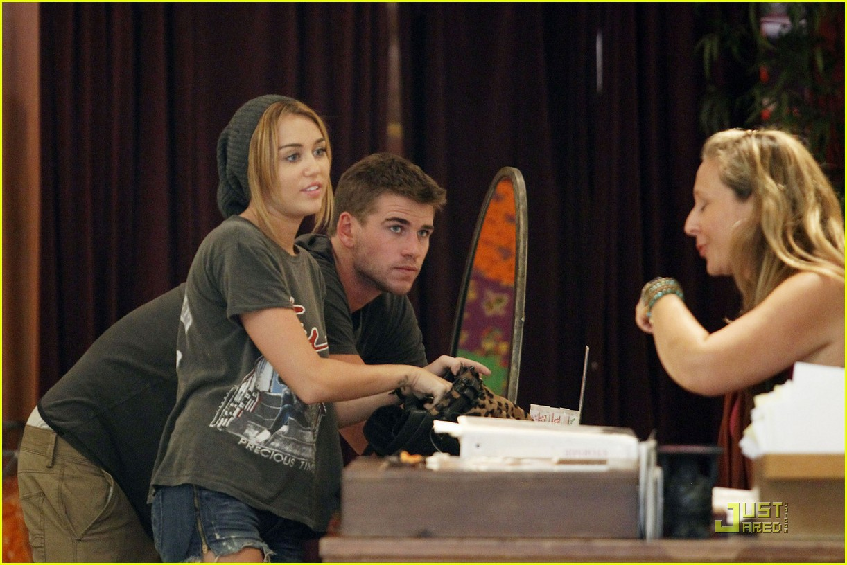 miley cyrus liam hemsworth shopping 04