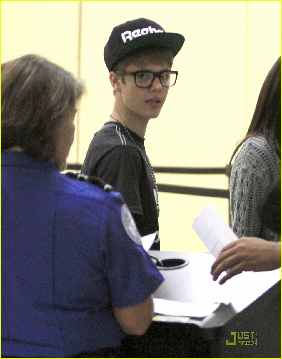 bieber gomez airport 03