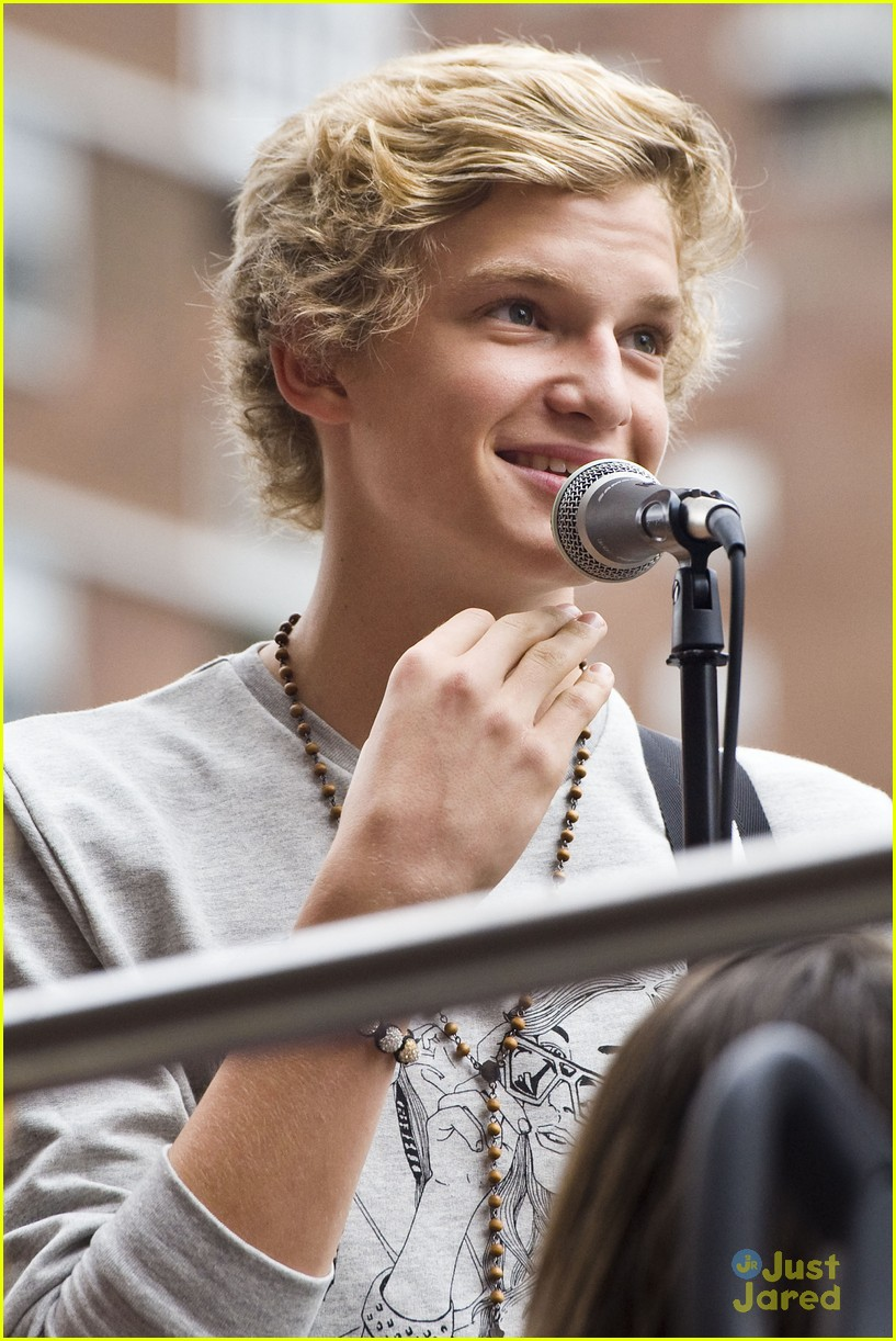 cody simpson bus nyc 12