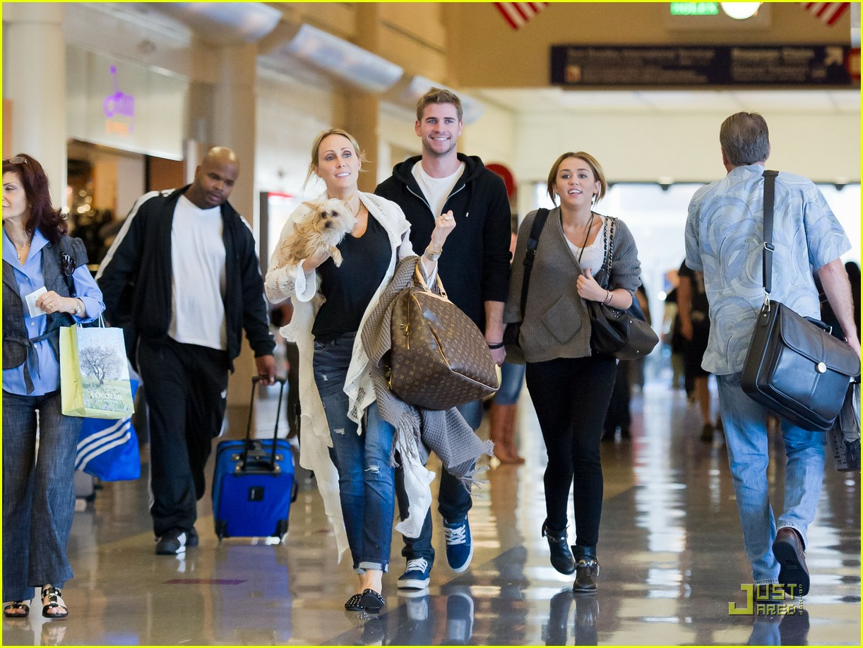 miley cyrus liam hemsworth run lax 02