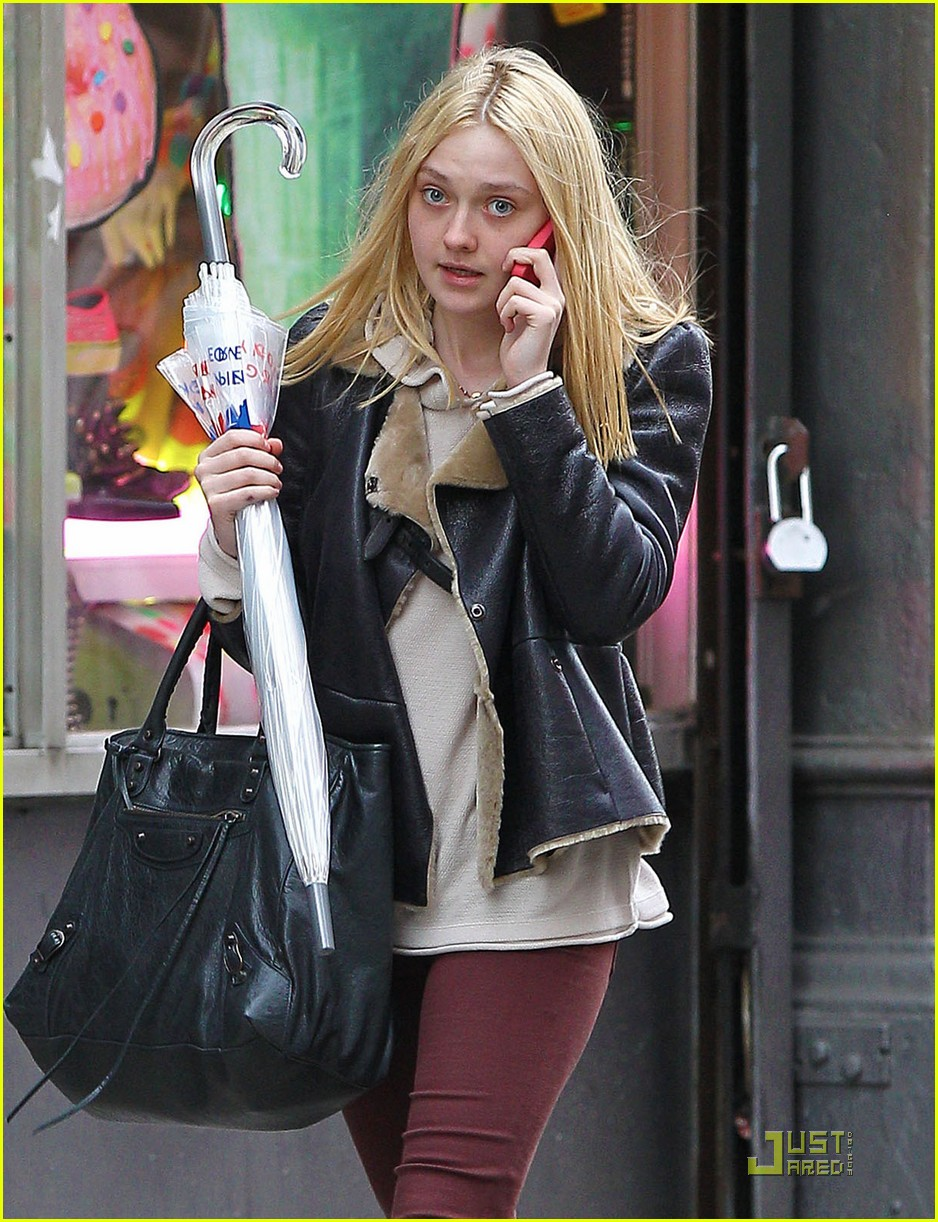 dakota fanning cellphone 06