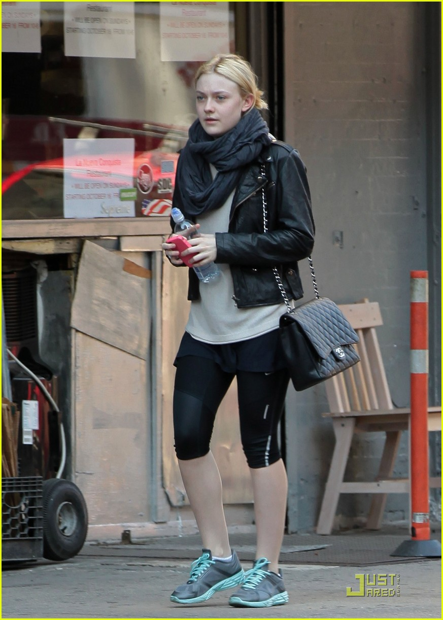dakota fanning workout wear 01