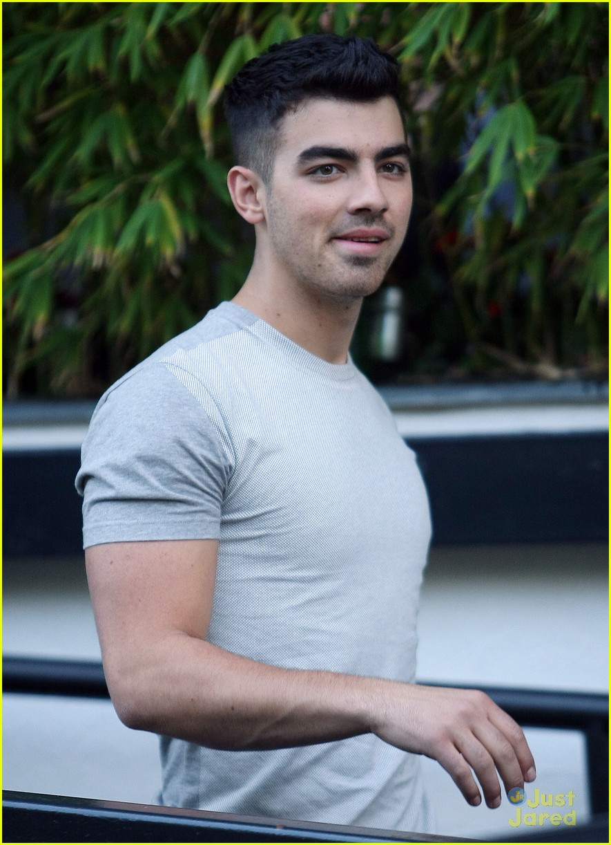 joe jonas itv daybreak 03