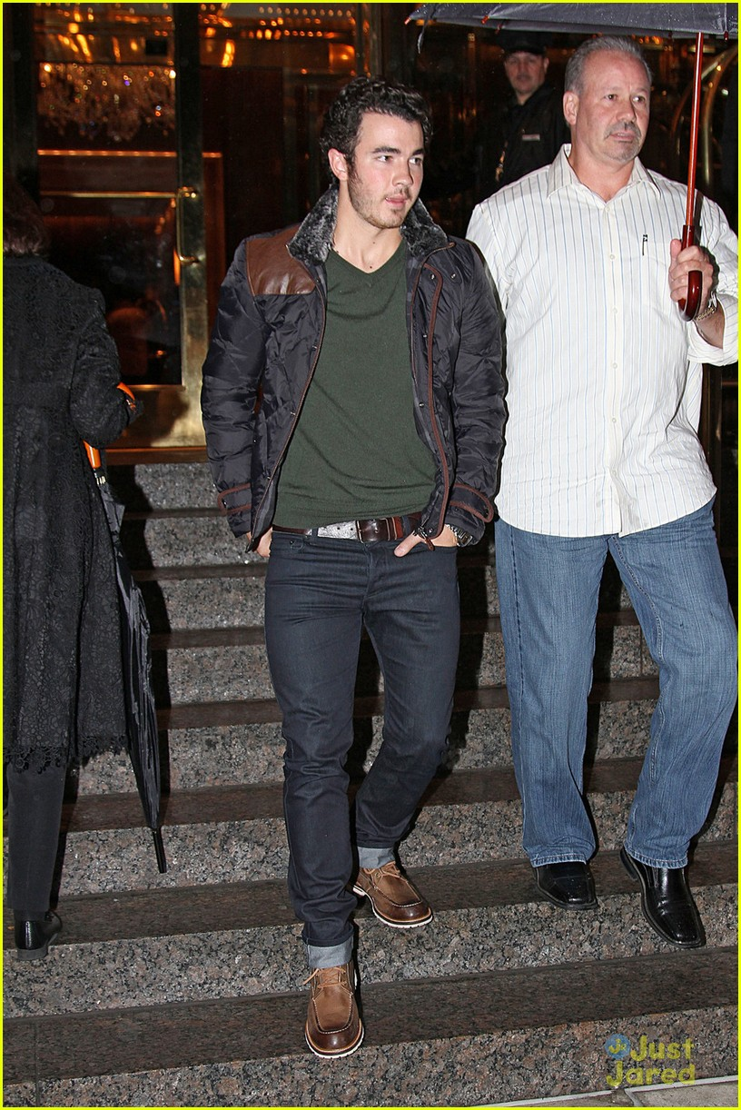 kevin nick jonas thumbs up 03