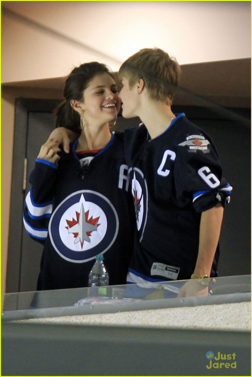 selena gomez justin bieber hockey game 18