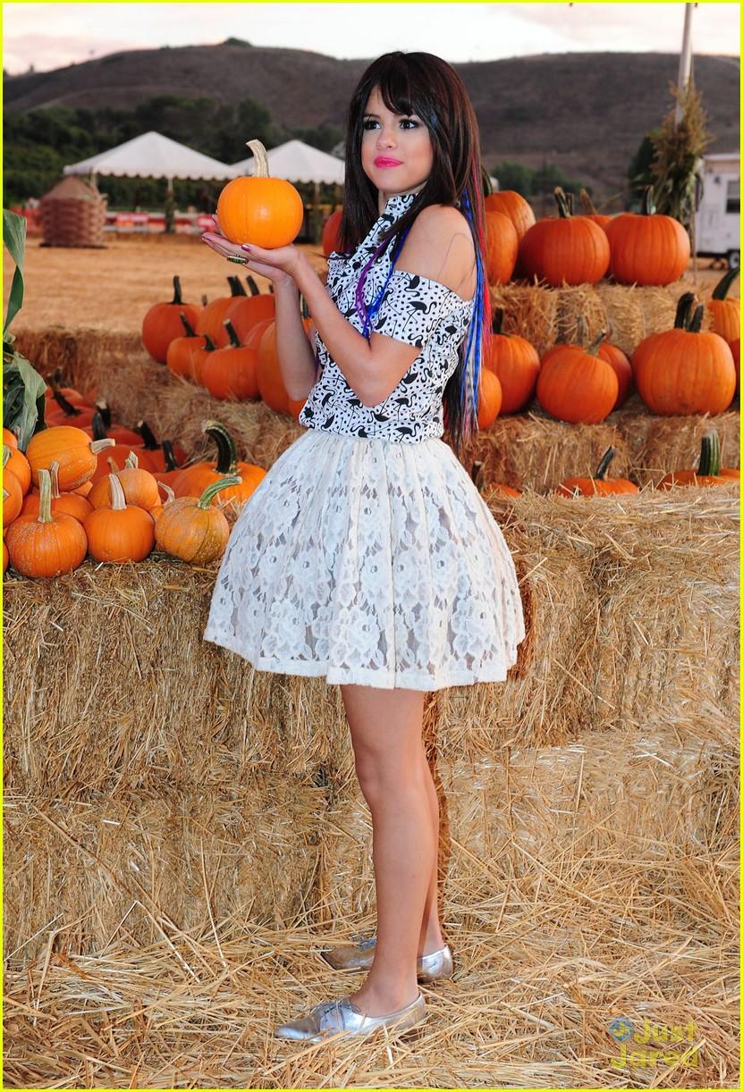 selena gomez pumpkin patch 05