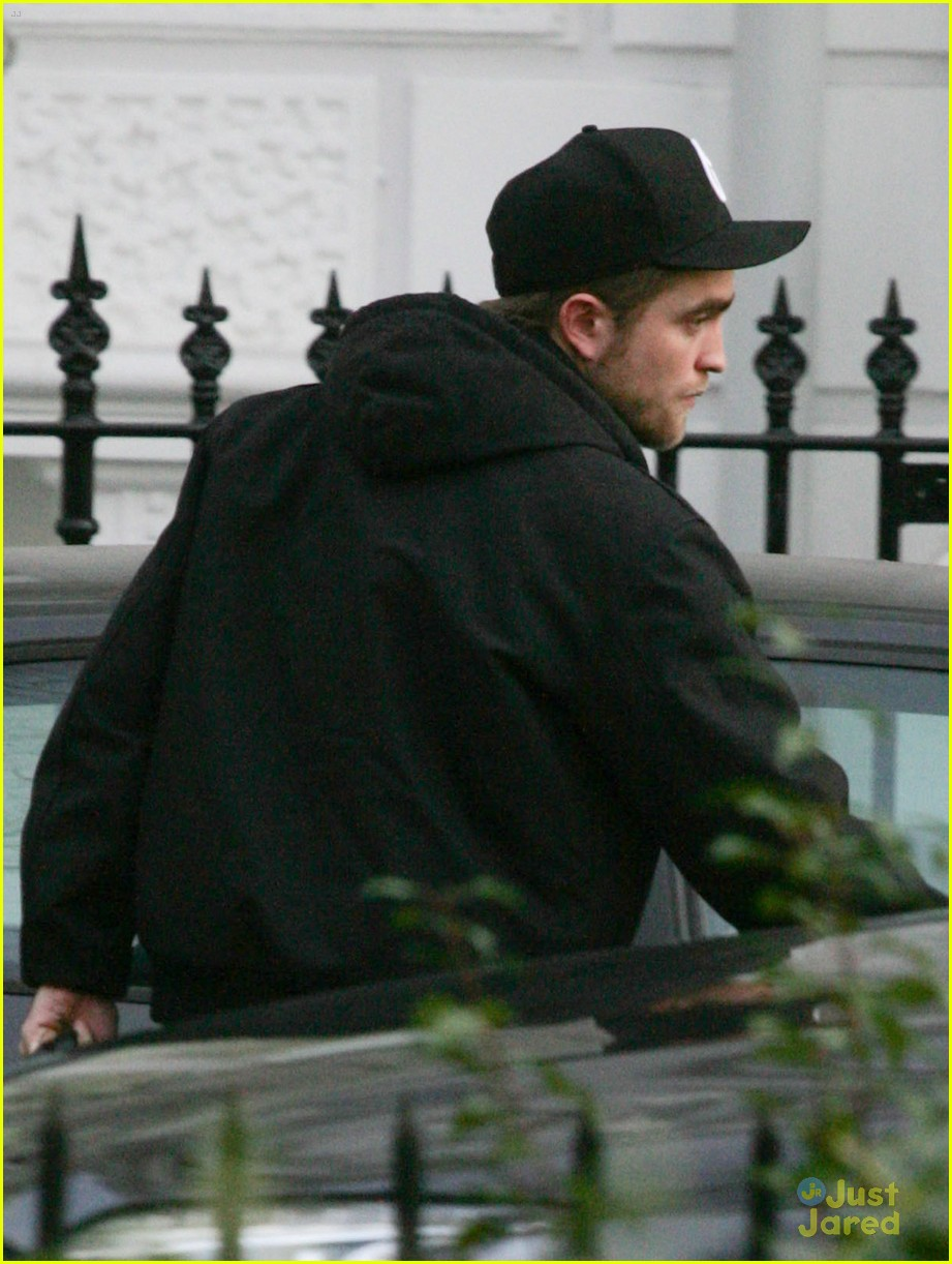 rob pattinson leaving house 01