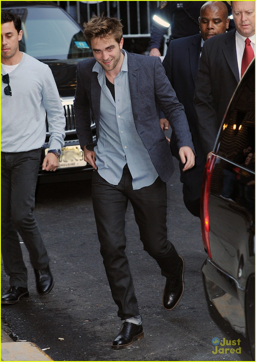 robert pattinson letterman arrival 01