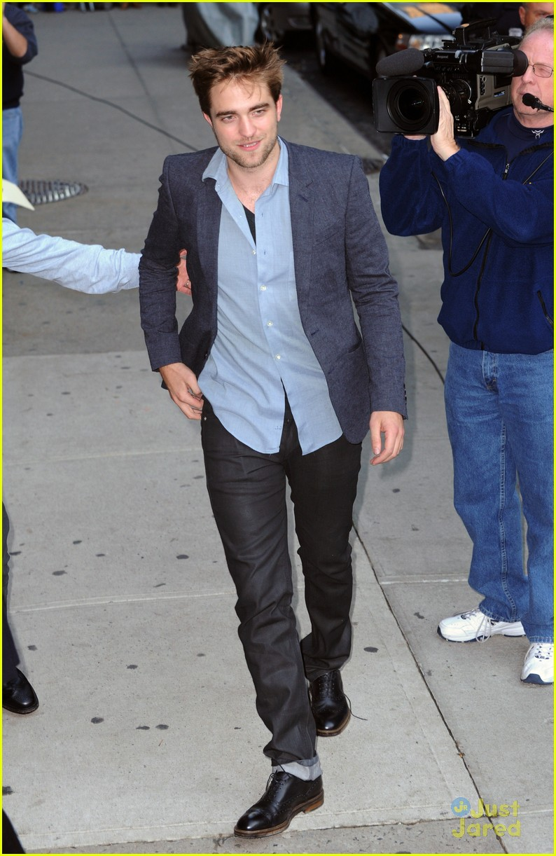 robert pattinson letterman arrival 02