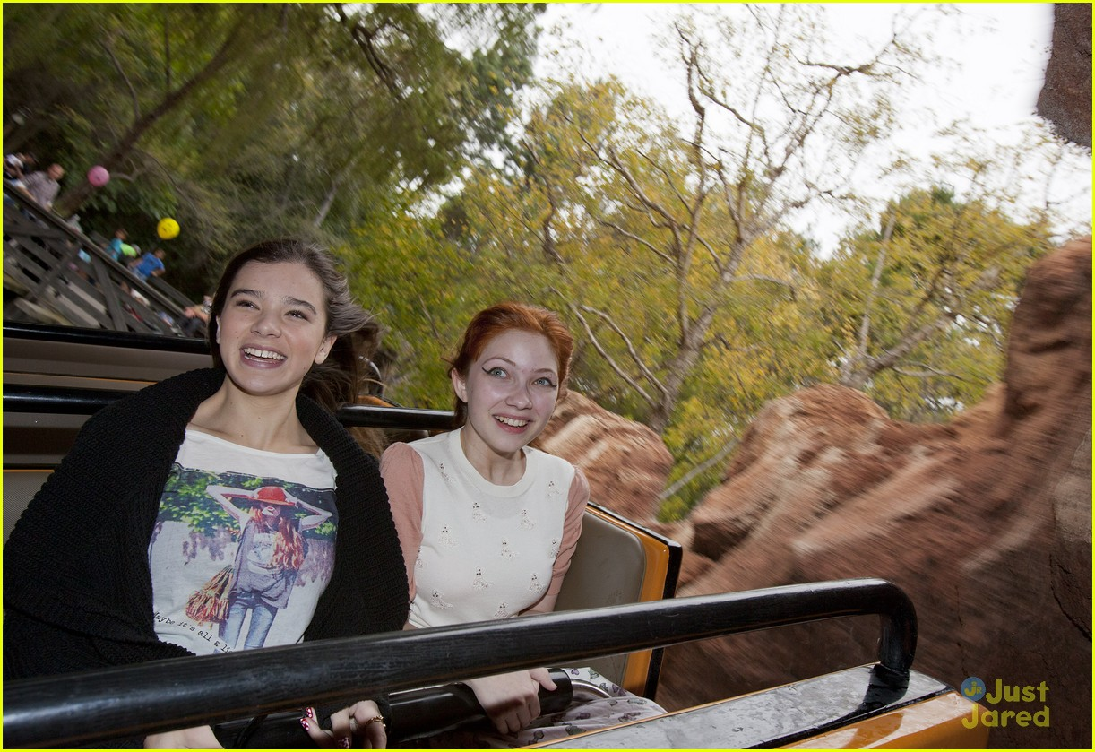hailee steinfeld tavi disneyland 01